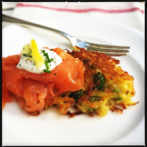 Potato-green peas cookies with smoked salmon