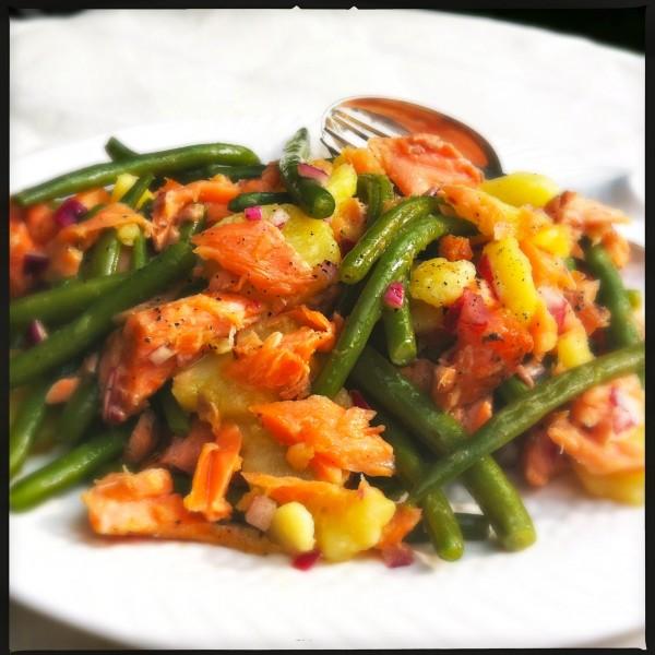 Warmlauwe salade van gerookte zalmforel & sperziebonen