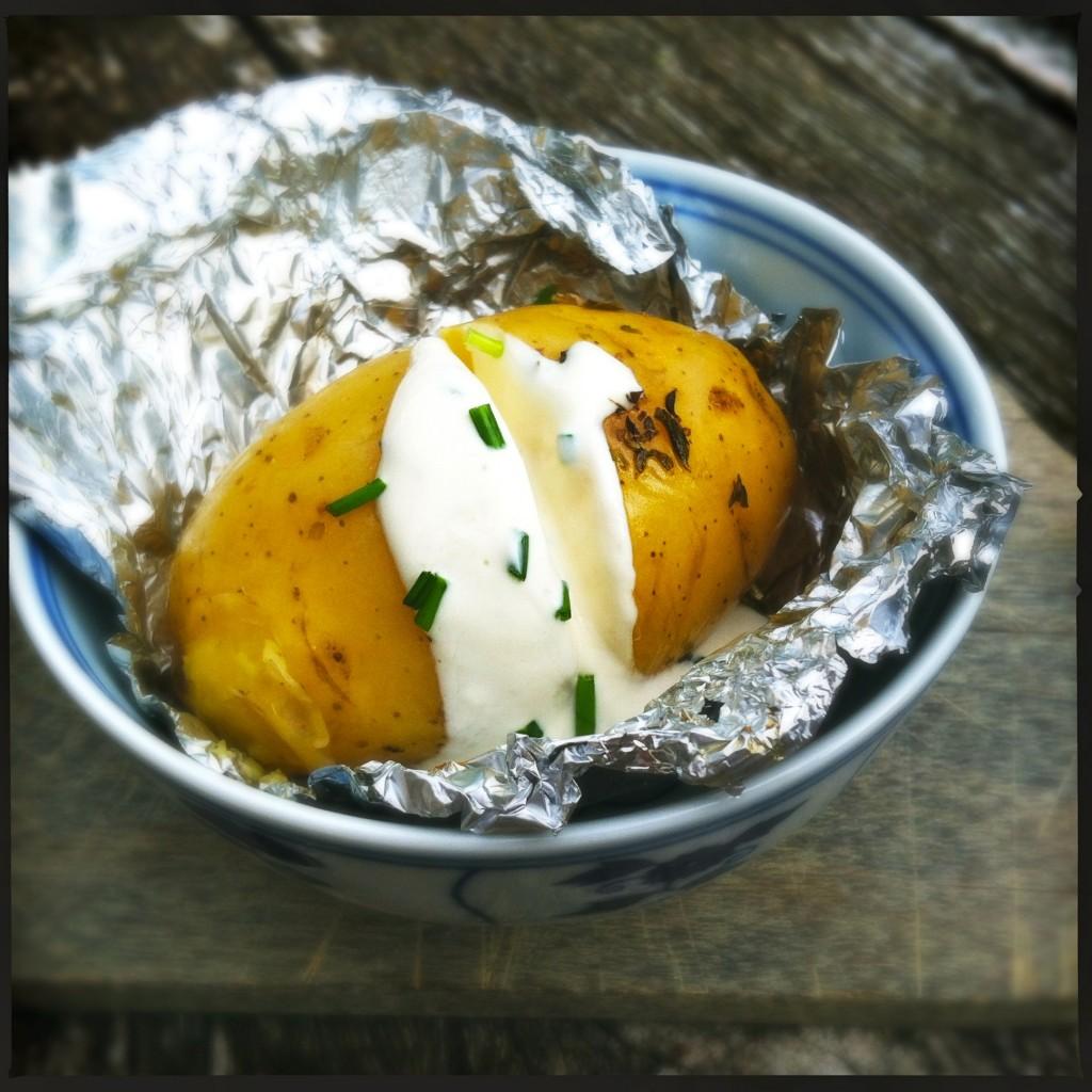 madebyellen.com gepofte aardappel met kwark & bieslook saus