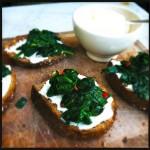 Verse spinazie met roomkaas op brood