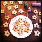 Kerstkoekjes bakken met uitsteekvormpjes