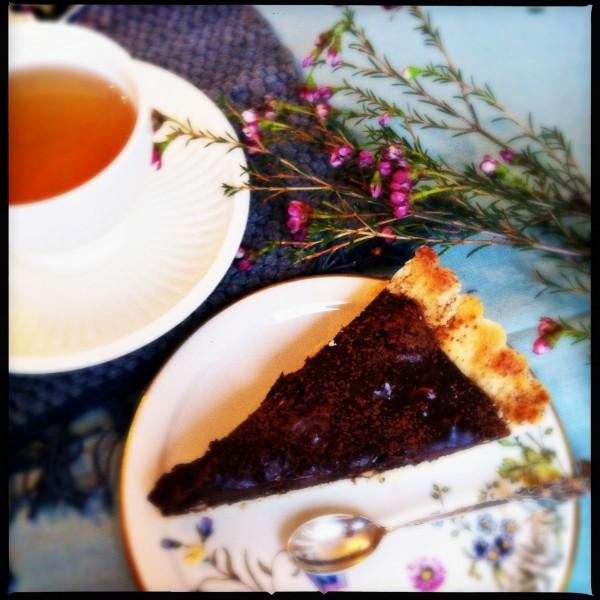Made by Ellen stukje smeuige chocolade taart met gekarameliseerde noten