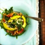 Makkelijke rucola salade met avocado, spek, pitjes & pecorino