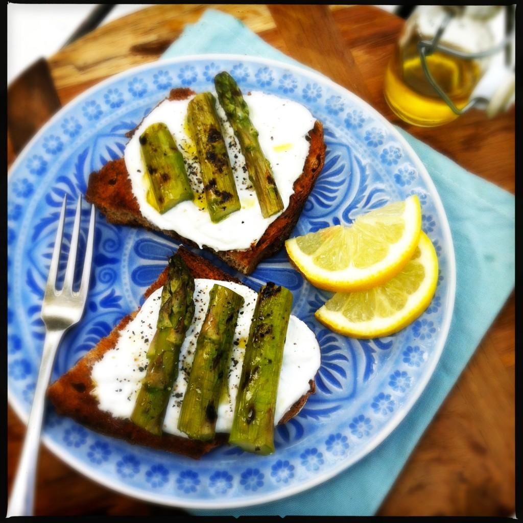 Groene asperges met citroenricotta op brood Made by Ellen