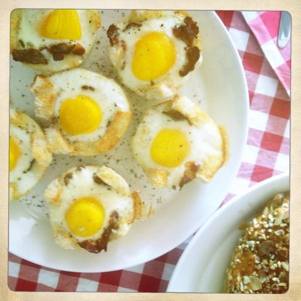 Eenvoudig speigelei met ontbijtspek en toast uit de oven Bas