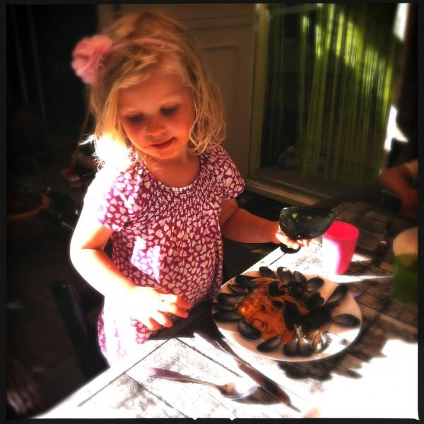 M'n dochter genietend van de mosselen Made by Ellen