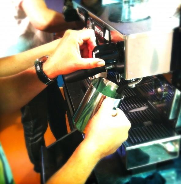 Oefenen tijdens barista cursus made by ellen
