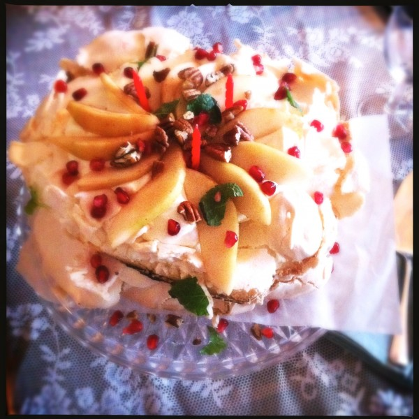 Kerst pavlova met karamel, noten en peer Made by Ellen