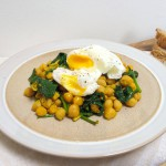 Gepocheerd ei met kruidige spinazie & kikkererwten