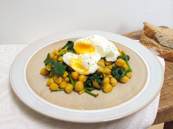 Gepocheerd ei met spinazie & kikkererwten