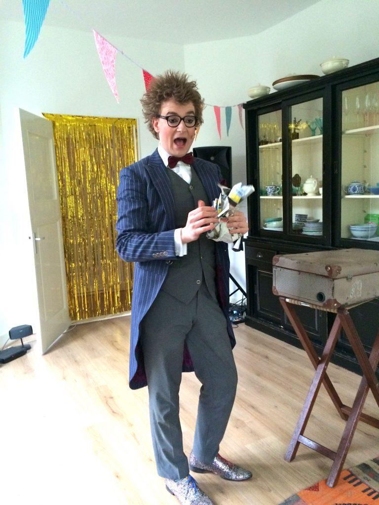 Verjaardag vieren! De uitnodiging, taart & een goochelaar made by ellen