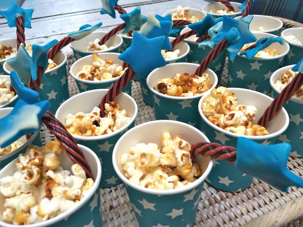 Verjaardag vieren! Goochelaars feestje met taart, hapjes en uitnodiging made by ellen