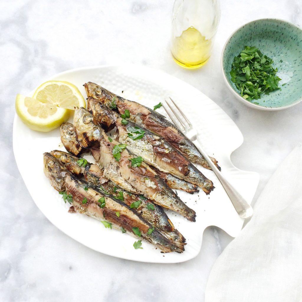 Gegrilde sardines op de BBQ