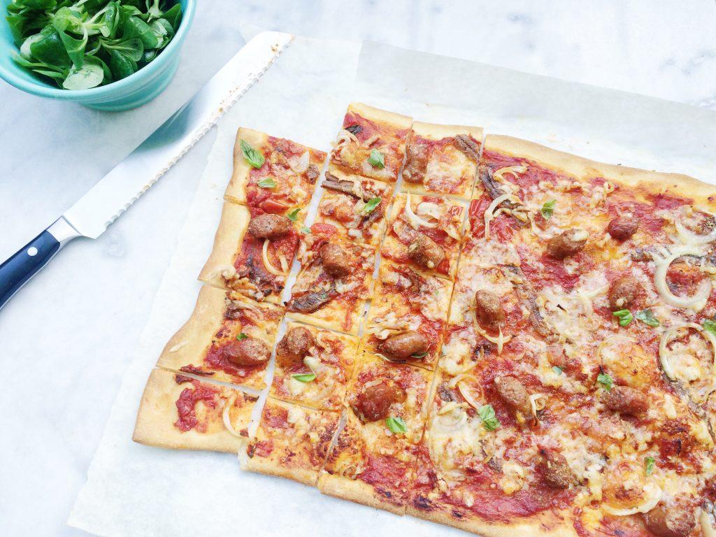 Plaatpizza met merguez worstjes & ansjovis made by ellen