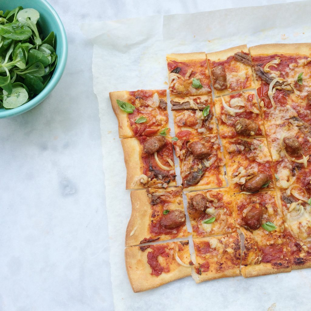 De tomatensaus die ik hiervoor gebruik is voor 4 plaatpizza's. Maak er meerdere of vries 3 porties in zodat je binnen een handomdraai een pizza kan maken. made by ellen