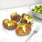 Gepofte aardappel maken met zure room & kaas