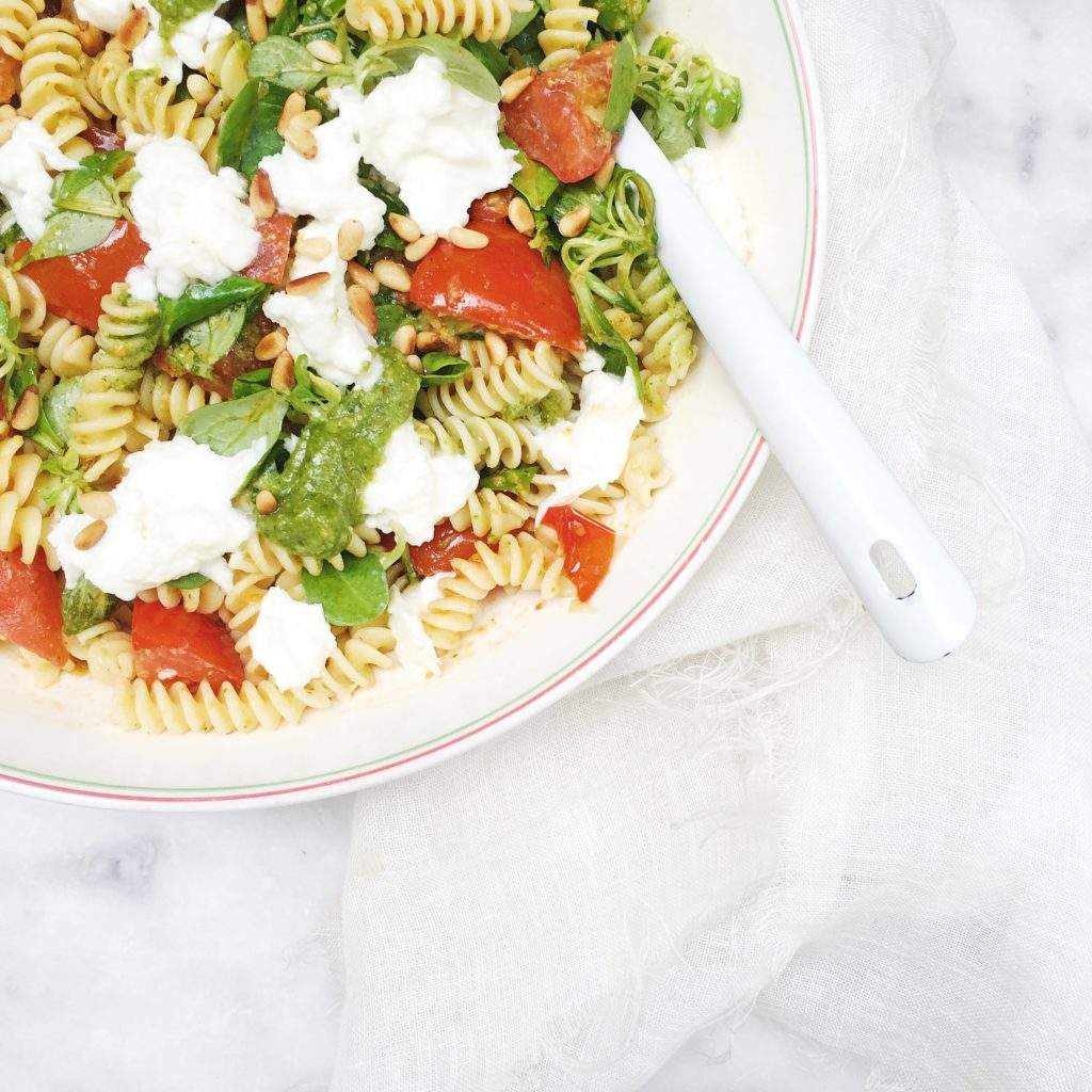 Zomerse pastasalade maken met pesto made by ellen