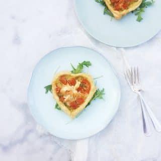 Bladerdeegtaartjes met pesto, tomaat & mozzarella, made by ellen