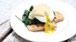 Hartige wafels met spinazie, ei & kerrie mayonaise (video)