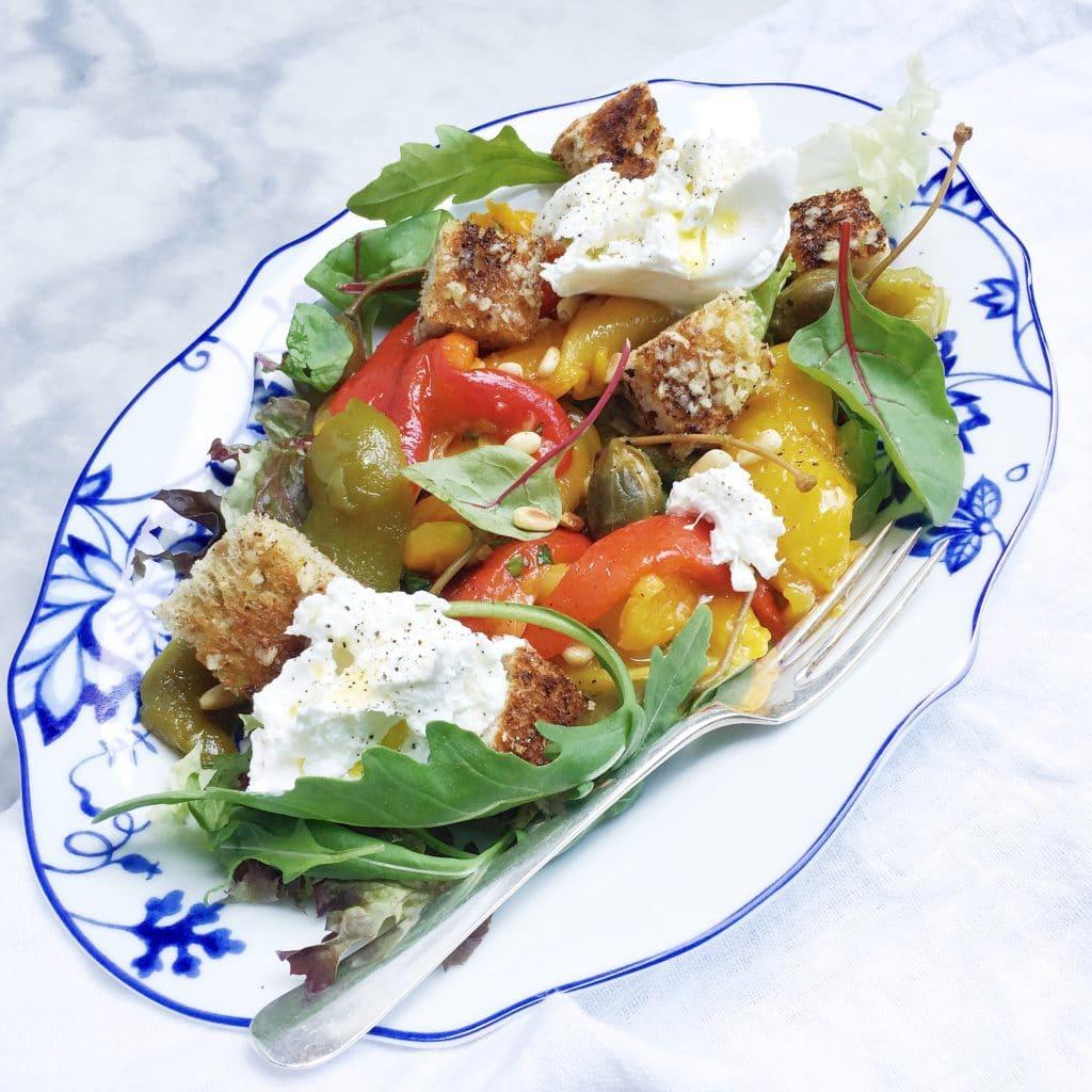 Burrata salade met geroosterde paprika, croutons & kappertjes made by ellen