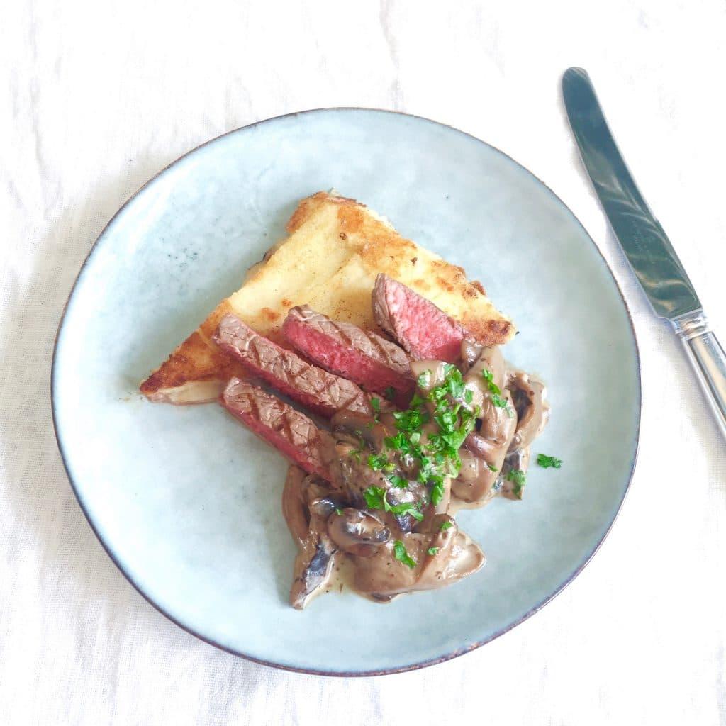 Gebakken entrecote met champignonsaus & polenta