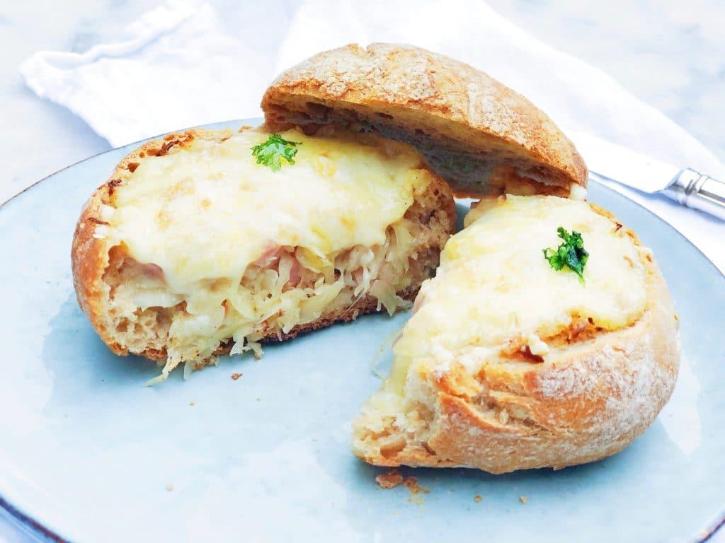 Gevulde broodjes met zuurkool, pastrami & raclette kaas made by ellen