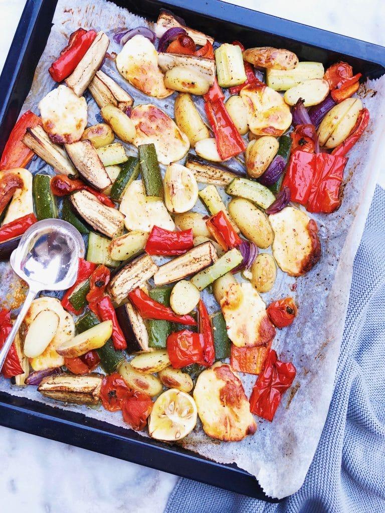 Groente plaat met gegrilde halloumi kaas uit de oven