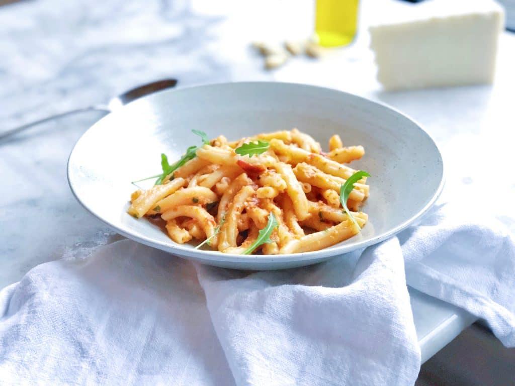 Pasta strozzapreti met amandelen, tomaat & basilicum