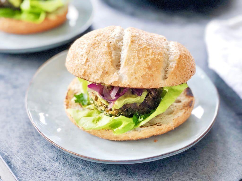 Vegan linzenburgers met harisa avocado mayonaise