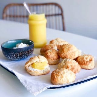 Scones lemon curd jam en room