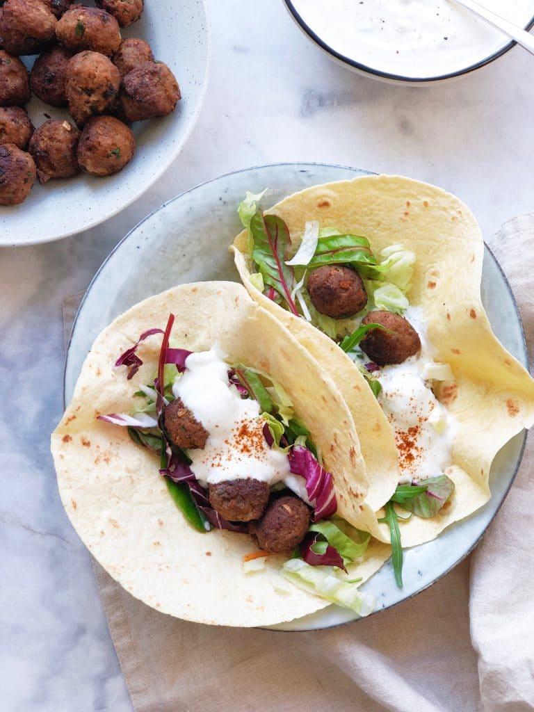 Recept voor Marokaanse lamsgehaktballetjes met yoghurtdip.