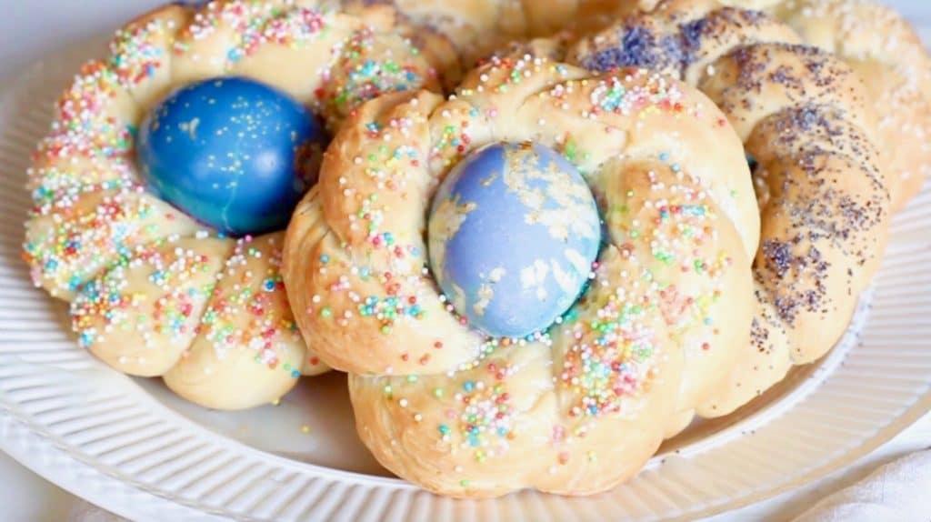 Vlechtbrood met ei, maanzaad of sesamzaad voor pasen