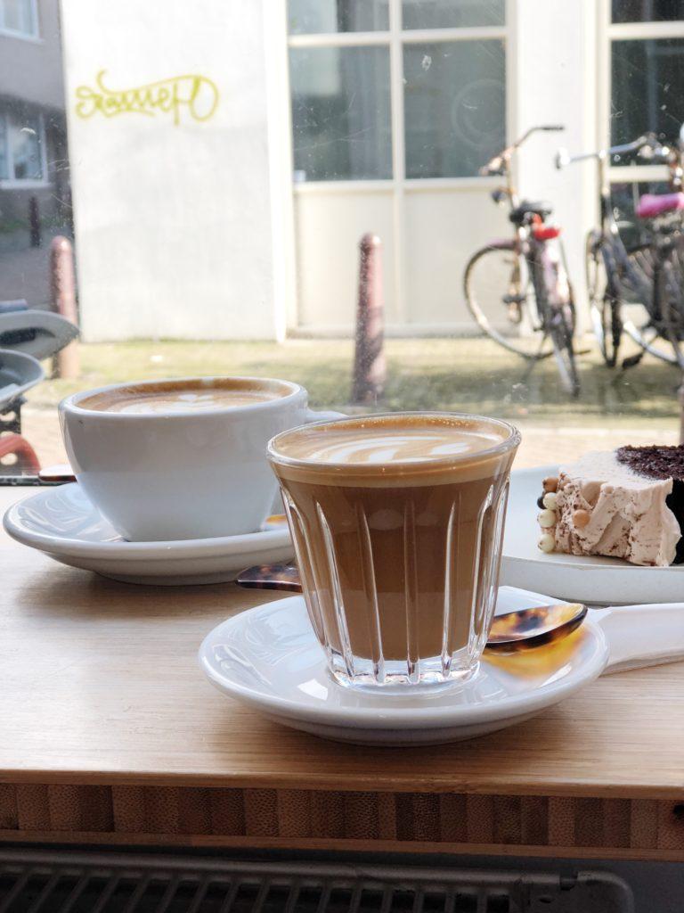 koffie, coffee, hotspot, amsterdam, made by ellen, toki, toki koffie, review, taart, cake, lepeltjes
