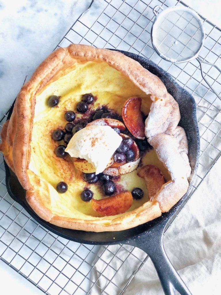 Dutch baby recept (luchtige pannenkoek) met gekarameliseerd fruit