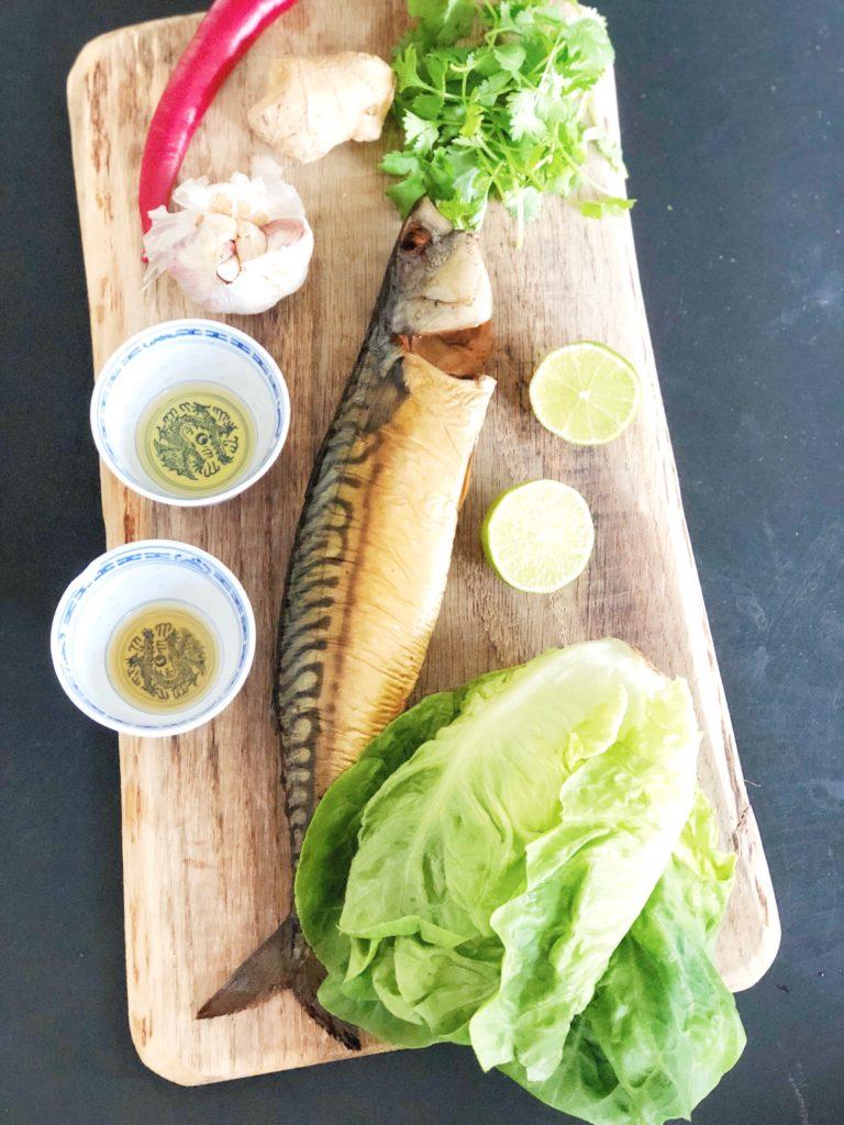 Aziatische sla wraps met gerookte makreel