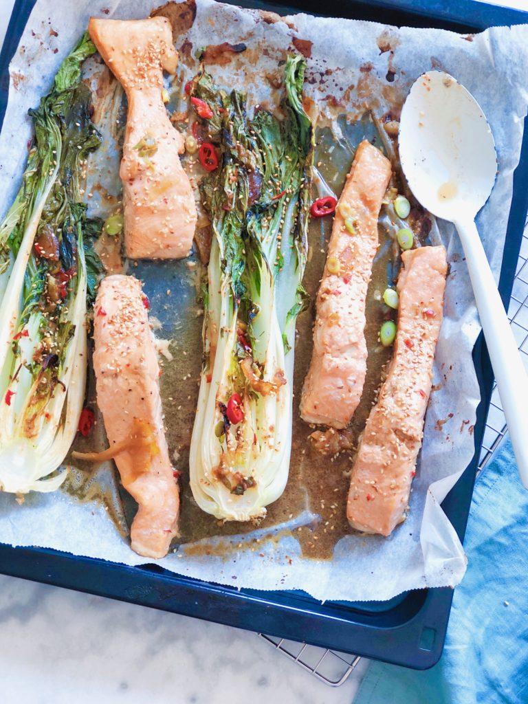 Zalm met paksoi en miso sojadressing uit de oven