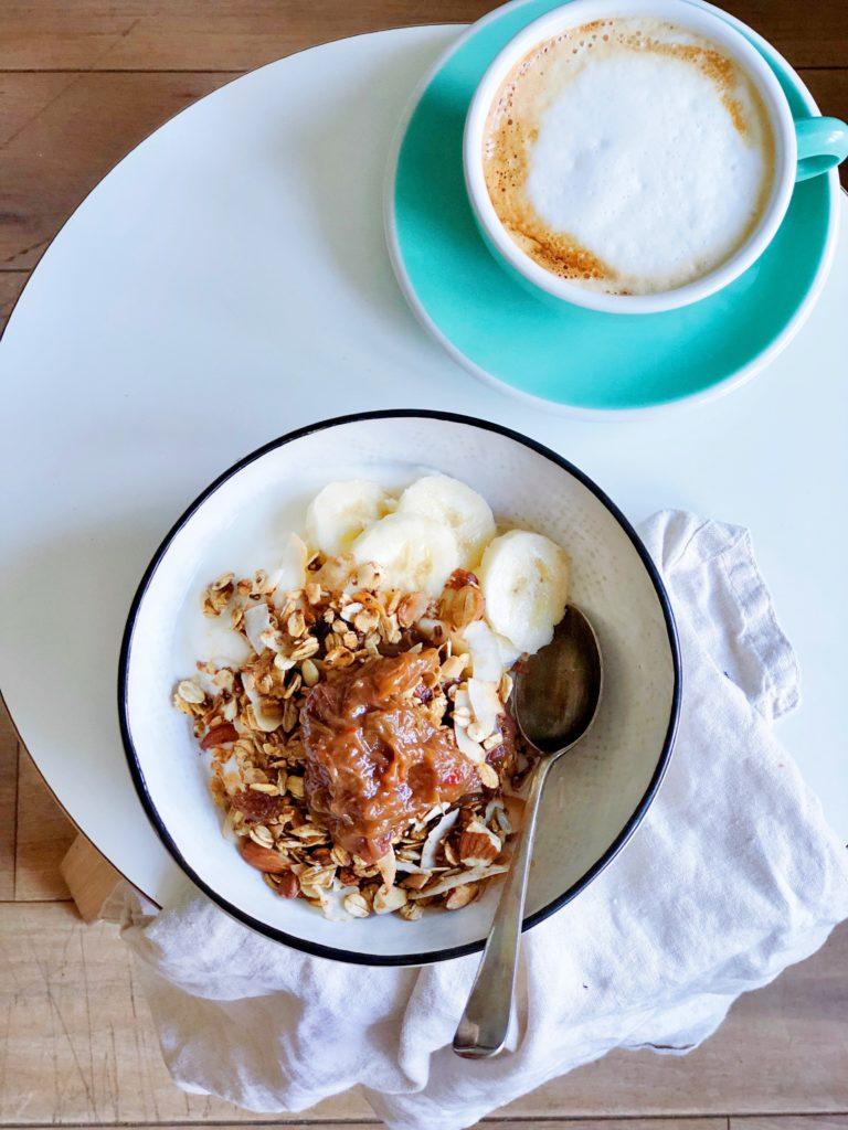 Pittige rabarberchutney met granola en Griekse yoghurt made by ellen