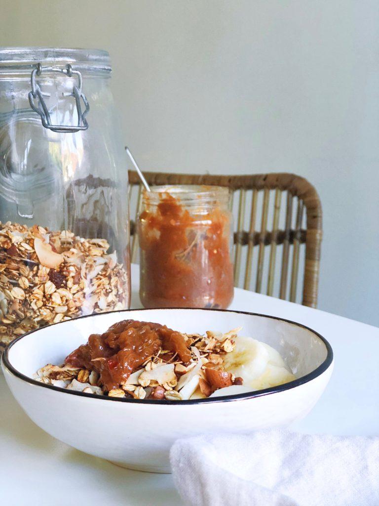 Pittige rabarberchutney met granola en Griekse yoghurt
