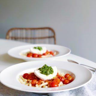 Caprese met een twist! Buffelmozzarella, tomaat, pesto & pasta, made by ellen