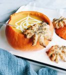 Halloween recept: pompoensoep met bladerdeeg spinnen