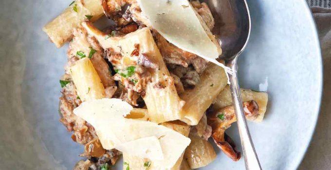 Pasta met kastanjes, cantharellen en worst