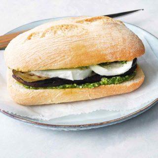 Ciabatta met pesto, gegrilde aubergine & mozzarella, made by ellen