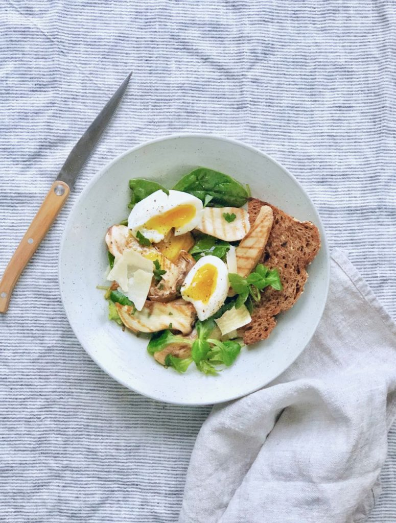 Paddestoelensalade met zacht gekookt ei