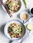 Rijstnoedels met groenten en snelle Aziatische saus