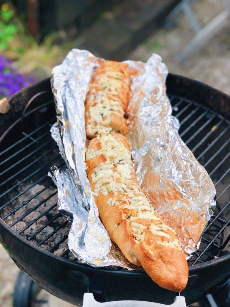 BBQ stokbrood gevuld met kruidenboter & kaas, made by ellen