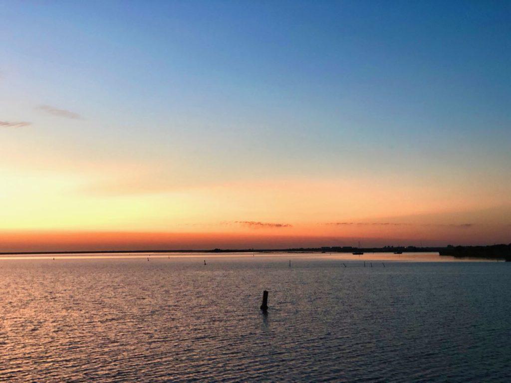 Zonsondergang op het water lauwersmeer