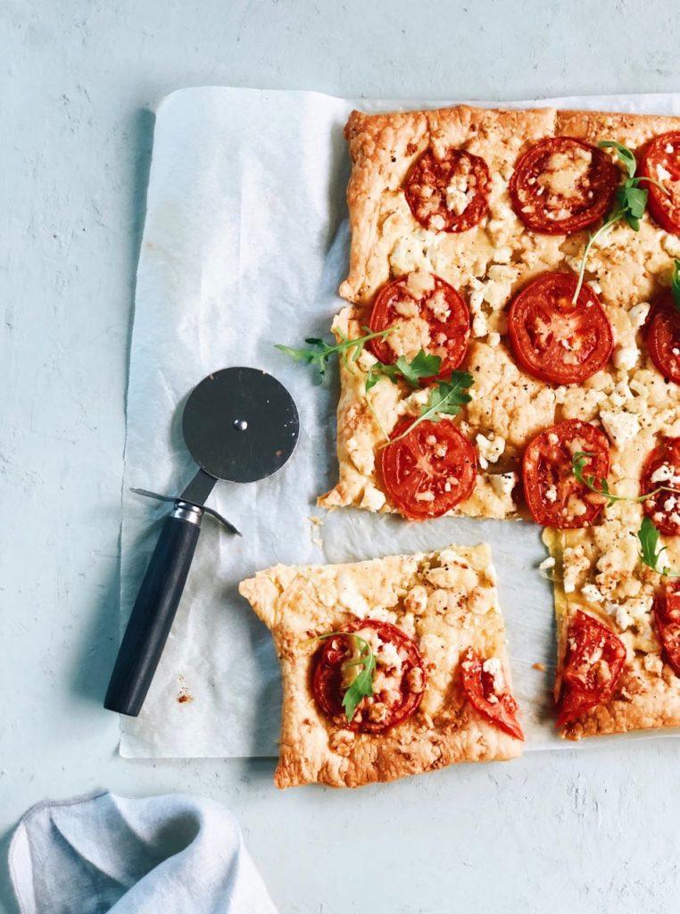 Bladerdeeg plaattaart met tomaten en kaas