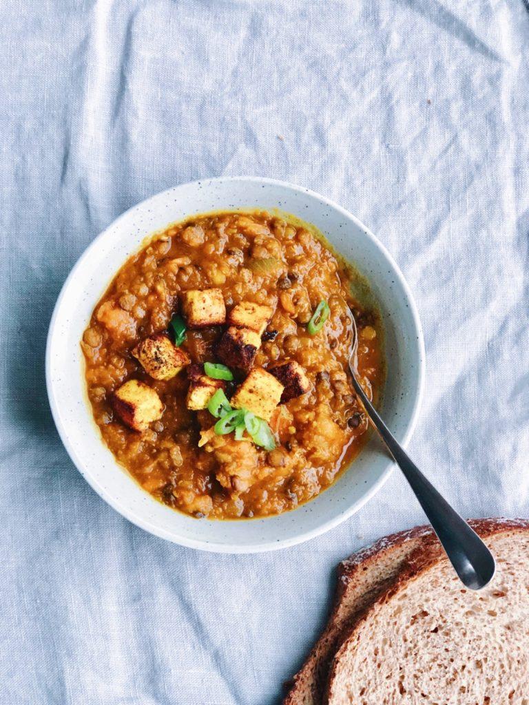 Gebakken paneer kaas met pompoen curry en linzen