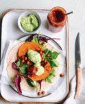 Vegan wrap met gegrilde pompoen, kikkererwt en chutney