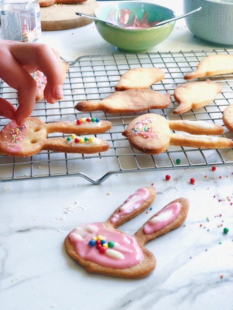 Paaskoekjes bakken met kinderen
